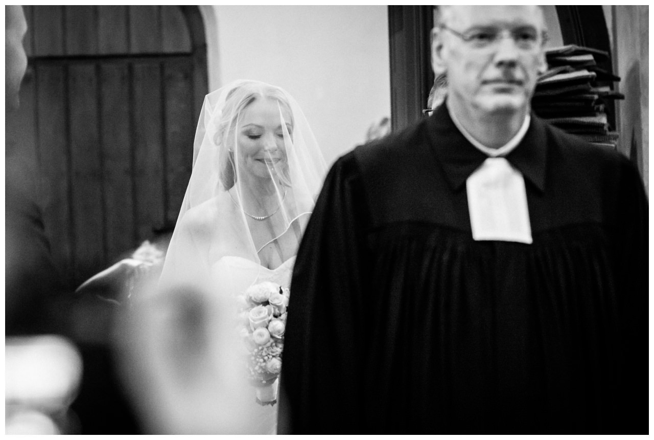 Die Braut schreitet zum Altar bei der kirchlichen Trauung in Bochum Stiepel.
