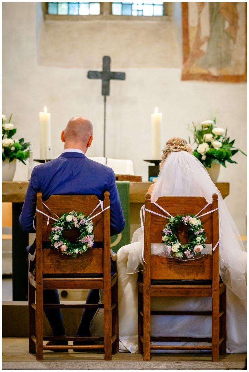 Das Brautpaar sitzt am Altar in der Stiepeler Dorfkirche in Bochum.