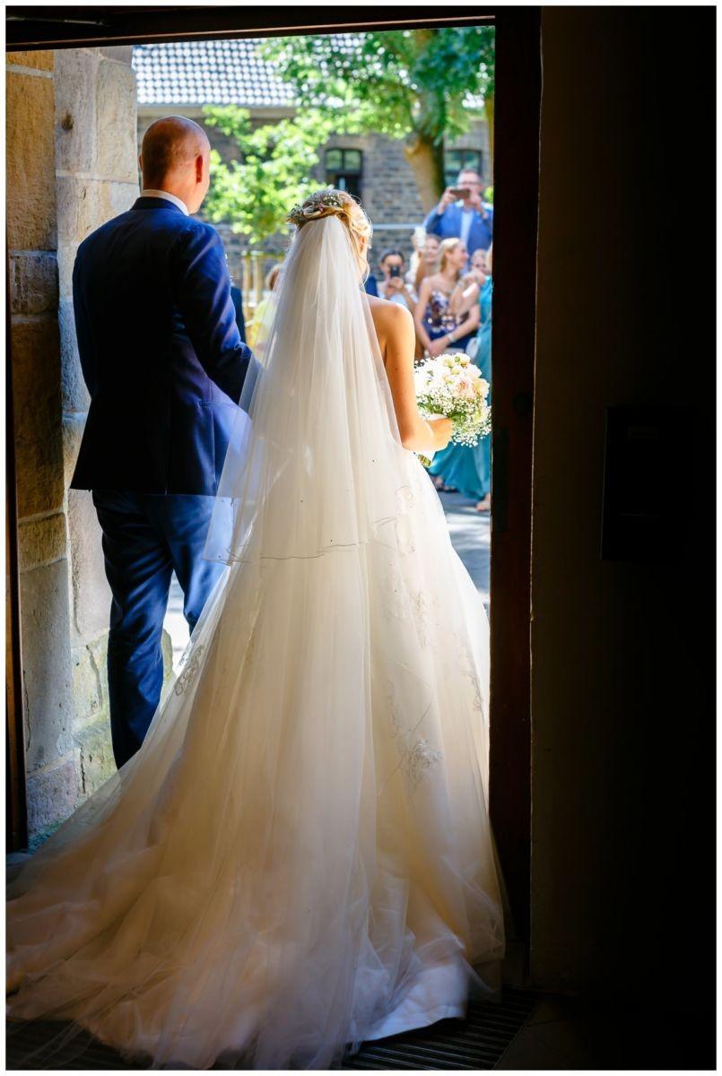 Das Brautpaar verlässt gemeinsam nach der Hochzeit die Stiepeler Dorfkirche in Bochum.