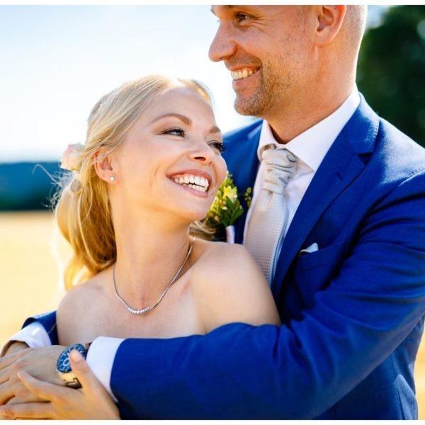Natürliches und ungestelltes Hochzeitsfoto bei der Hochzeit auf Schloss Berge in Gelsenkirchen.