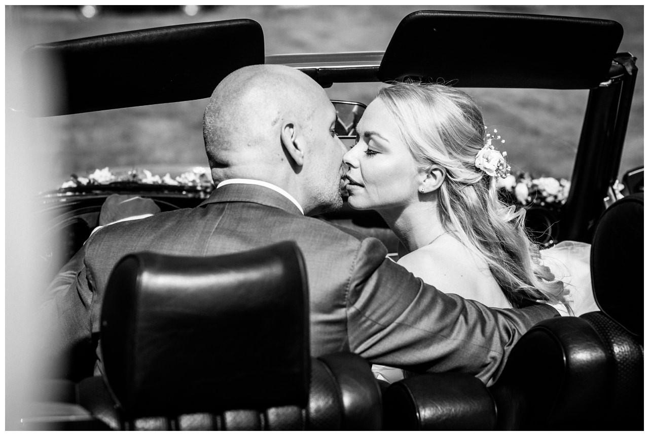 Hochzeitskuss im Hochzeitsauto bei der Hochzeit in Bochum.