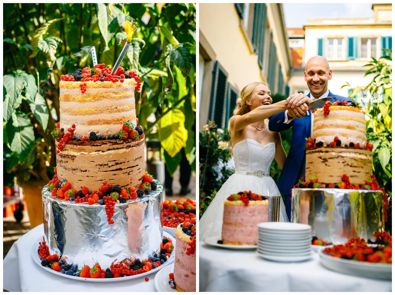 Die Hochzeitstorte mit frischen Früchten bei der Hochzeit auf Schloss Berge in Gelsenkirchen.