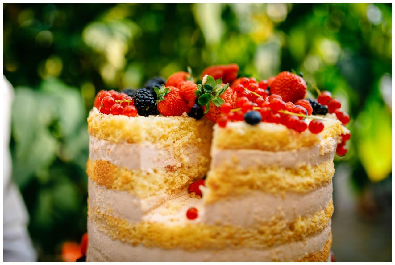 Naked Cake Hochzeitstorte mit frischen Beeren.