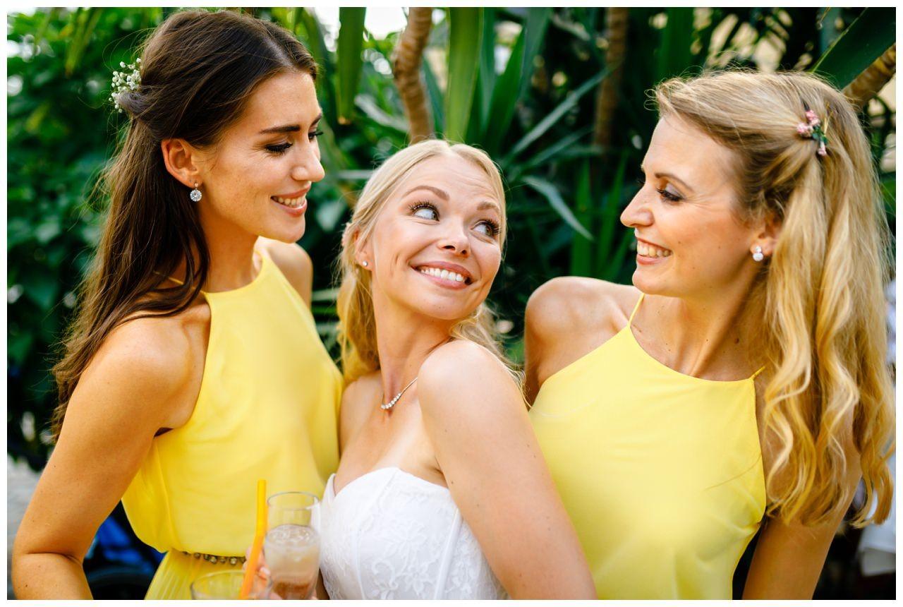 Die Braut mit ihren Brautjungfern in Brautjungfernkleidern Pastell.