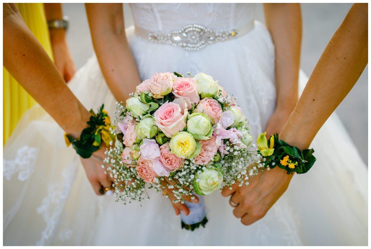 Brautstrauß in Pastell mit Armbändern für die Brautjungfern.