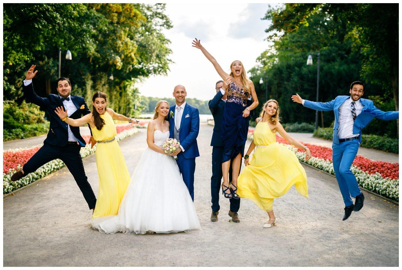 Witziges Gruppenfoto zur Hochzeit auf Schloss Berge in Gelsenkirchen.