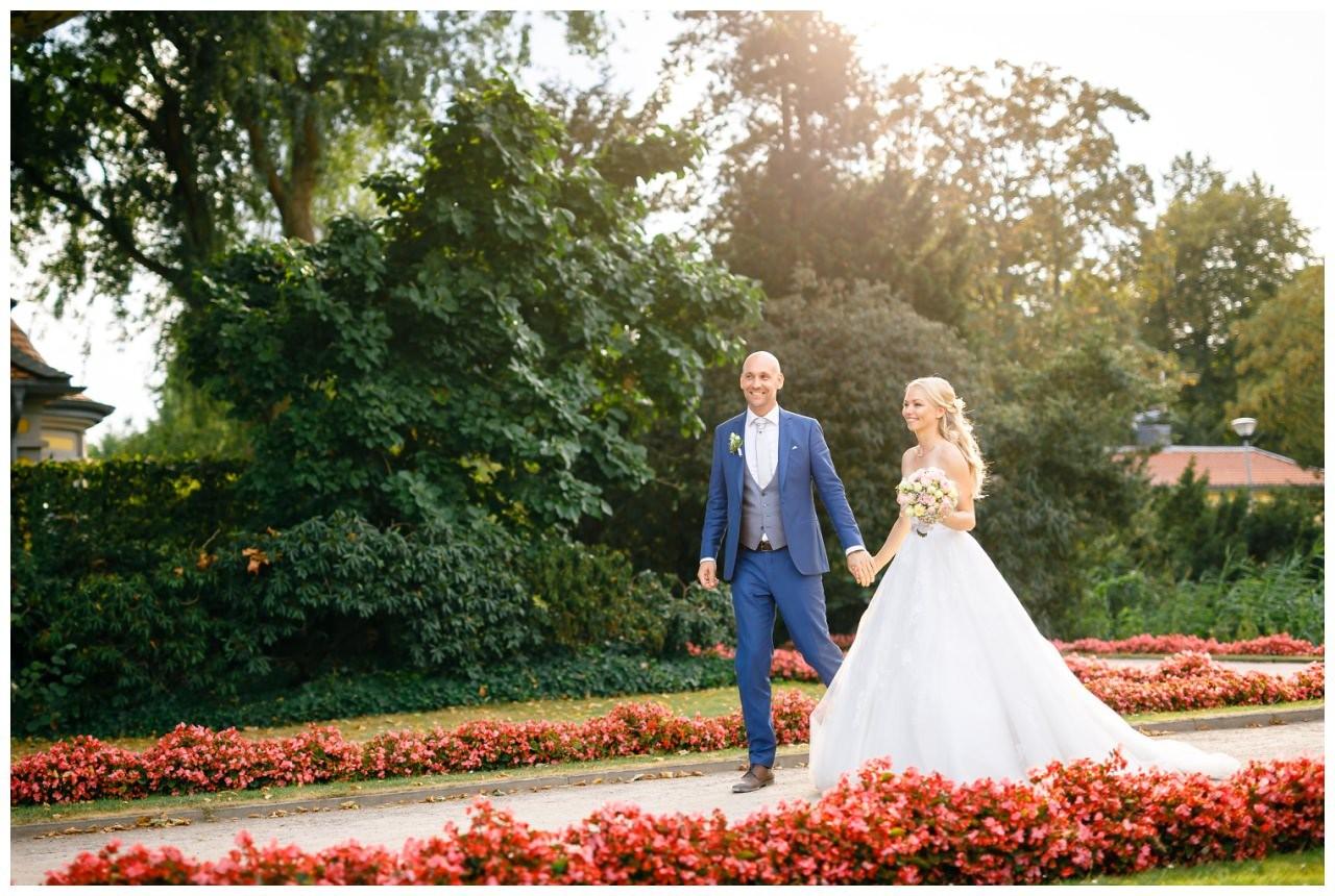Hochzeitsfoto im Gegenlicht bei der Hochzeit auf Schloss Berge in Gelsenkirchen.