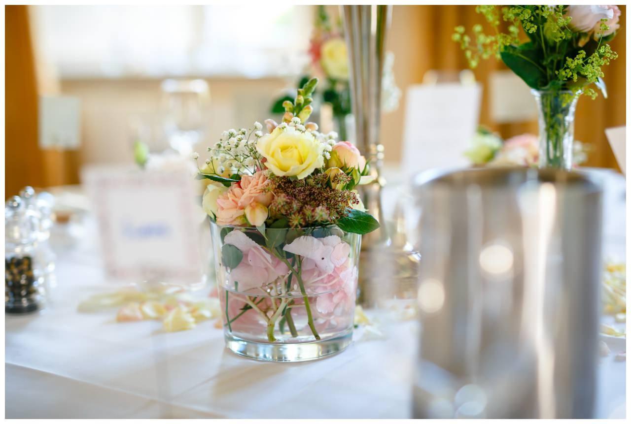 Tischdekoration in Rosa und Gelb Pastell bei der Hochzeit auf Schloss Berge in Gelsenkirchen.