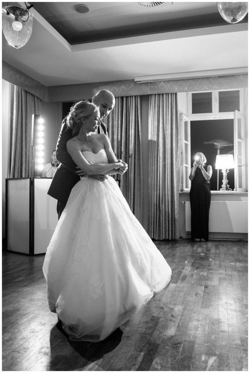 Der Hochzeitstanz bei der hochzeit auf Schloss Berge in Gelsenkirchen. Braut und Bräutigam sind eng umschlungen.