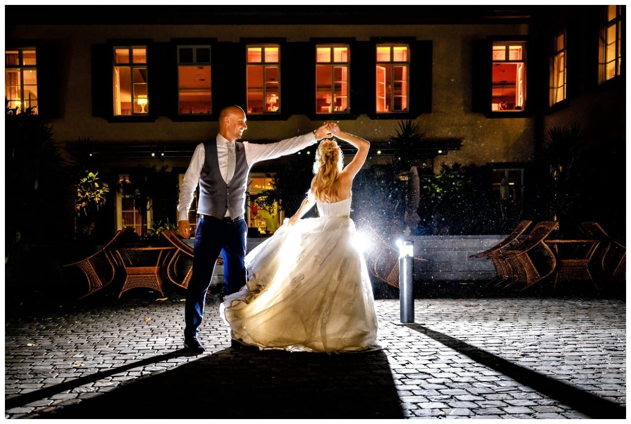 Hochzeitsbild bei Nacht vor Schloss Berge in Gelsenkirchen. Das Brautpaar tanzt den letzten Tanz.