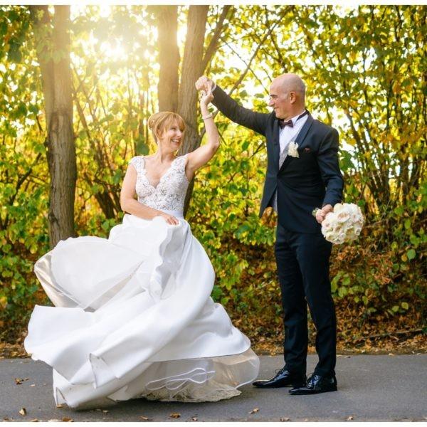 Das Brautpaar tanzt nach der Hochzeit im Heavens in Langenfeld.