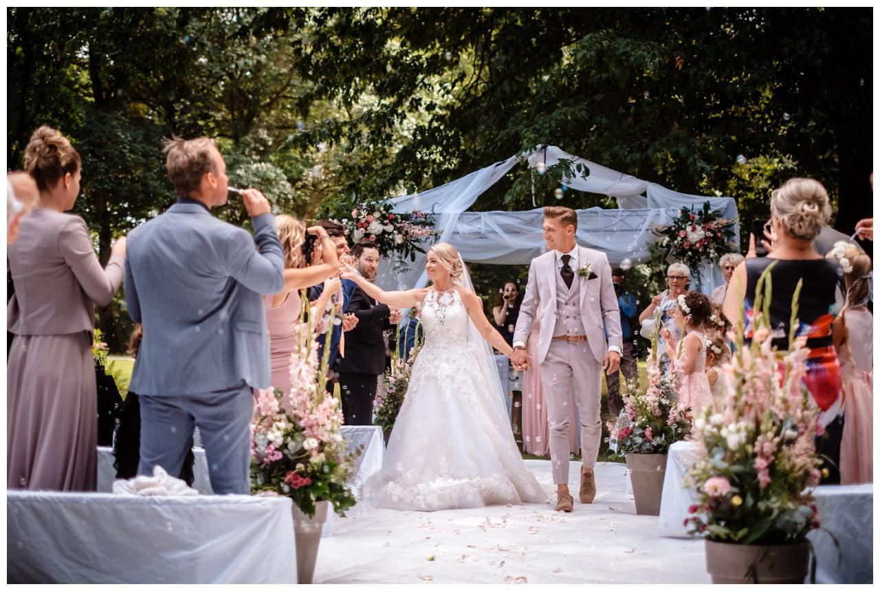 Freie Trauung Draußen Park Hochzeitsfoto Fotograf 87 - Standesamtliche Hochzeit oder Freie Trauung im Ausland?