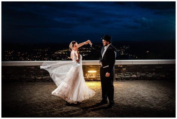Hochzeitstanz unter freiem Himmel bei der Hochzeit auf dem Drachenfels in Königswinter