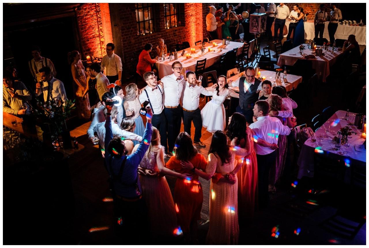 Hochzeit DJ Licht Ton Musik heiraten 44 - Hochzeits-DJ: So findet ihr den perfekten DJ für eure Hochzeit