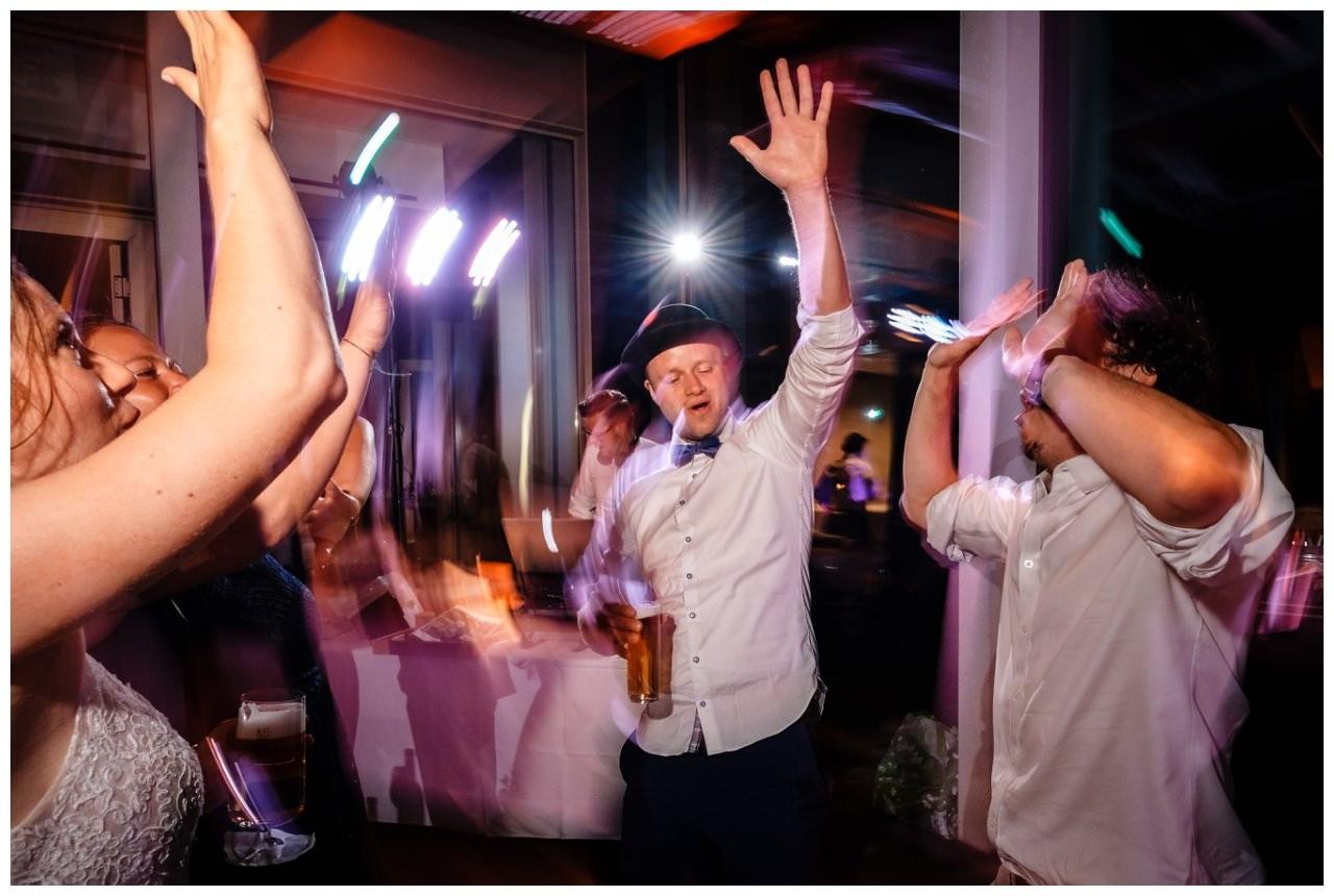 Hochzeit DJ Licht Ton Musik heiraten 45 - Hochzeits-DJ: So findet ihr den perfekten DJ für eure Hochzeit