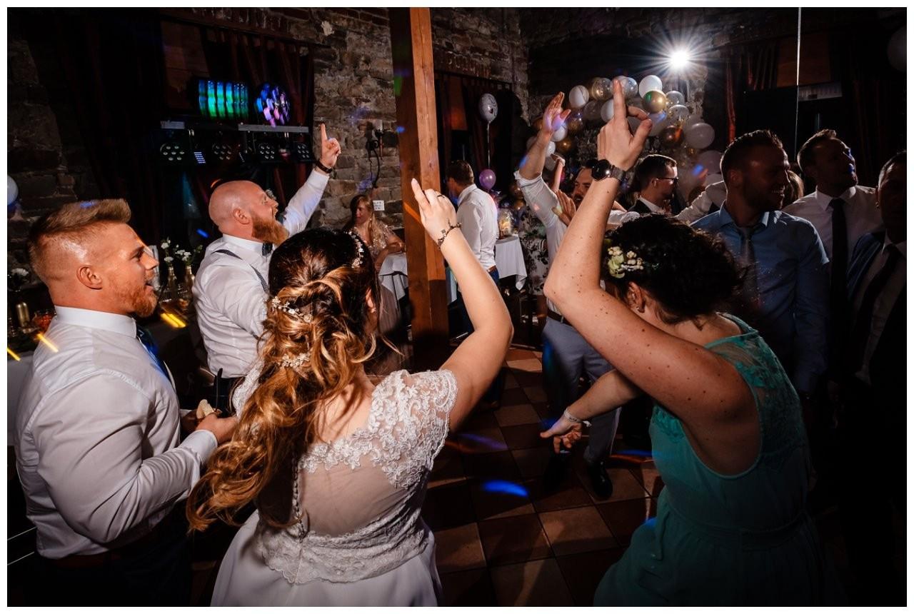 Hochzeit DJ Licht Ton Musik heiraten 58 - Hochzeits-DJ: So findet ihr den perfekten DJ für eure Hochzeit