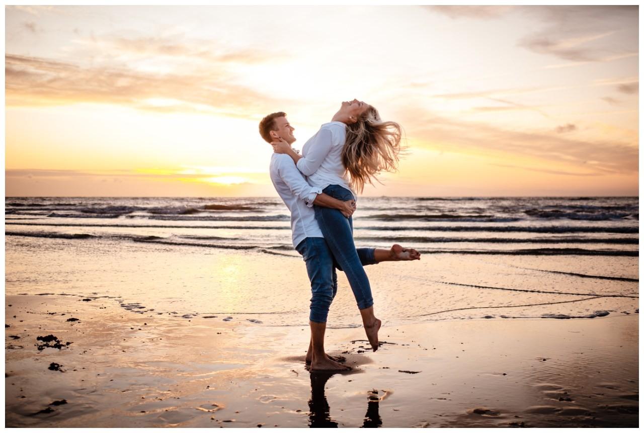 Paarshooting Strand Verlobungsshooting Engagementshooting Verlobungsbilder Meer Hochzeitsfotograf