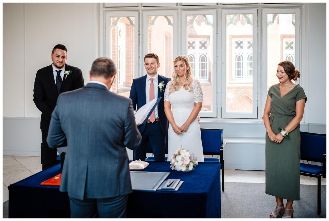 hochzeit standesamt standesamtliche Trauung schloss Moyland niederrhein fotograf 21 - Standesamtliche Hochzeit auf Schloss Moyland