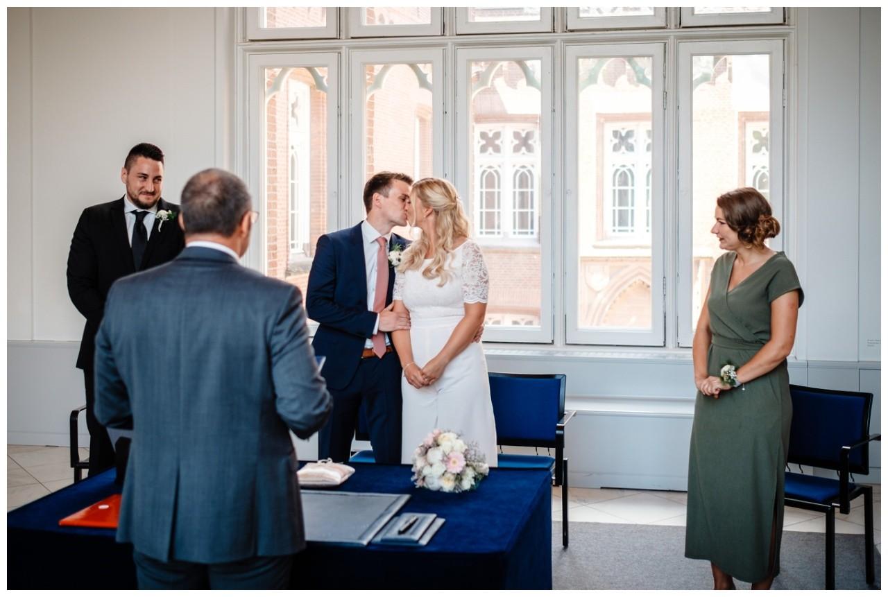 hochzeit standesamt standesamtliche Trauung schloss Moyland niederrhein fotograf 22 - Standesamtliche Hochzeit auf Schloss Moyland