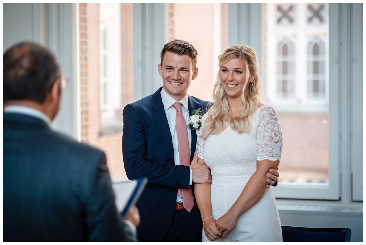 hochzeit standesamt standesamtliche Trauung schloss Moyland niederrhein fotograf 25 - Standesamtliche Hochzeit auf Schloss Moyland