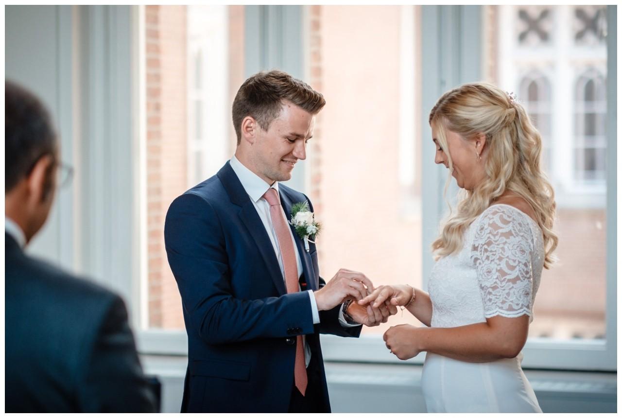 hochzeit standesamt standesamtliche Trauung schloss Moyland niederrhein fotograf 26 - Standesamtliche Hochzeit auf Schloss Moyland