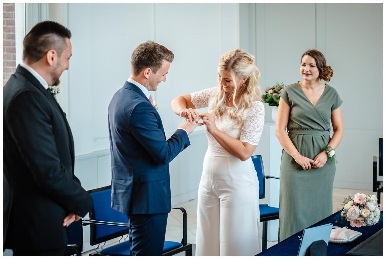 hochzeit standesamt standesamtliche Trauung schloss Moyland niederrhein fotograf 27 - Standesamtliche Hochzeit auf Schloss Moyland
