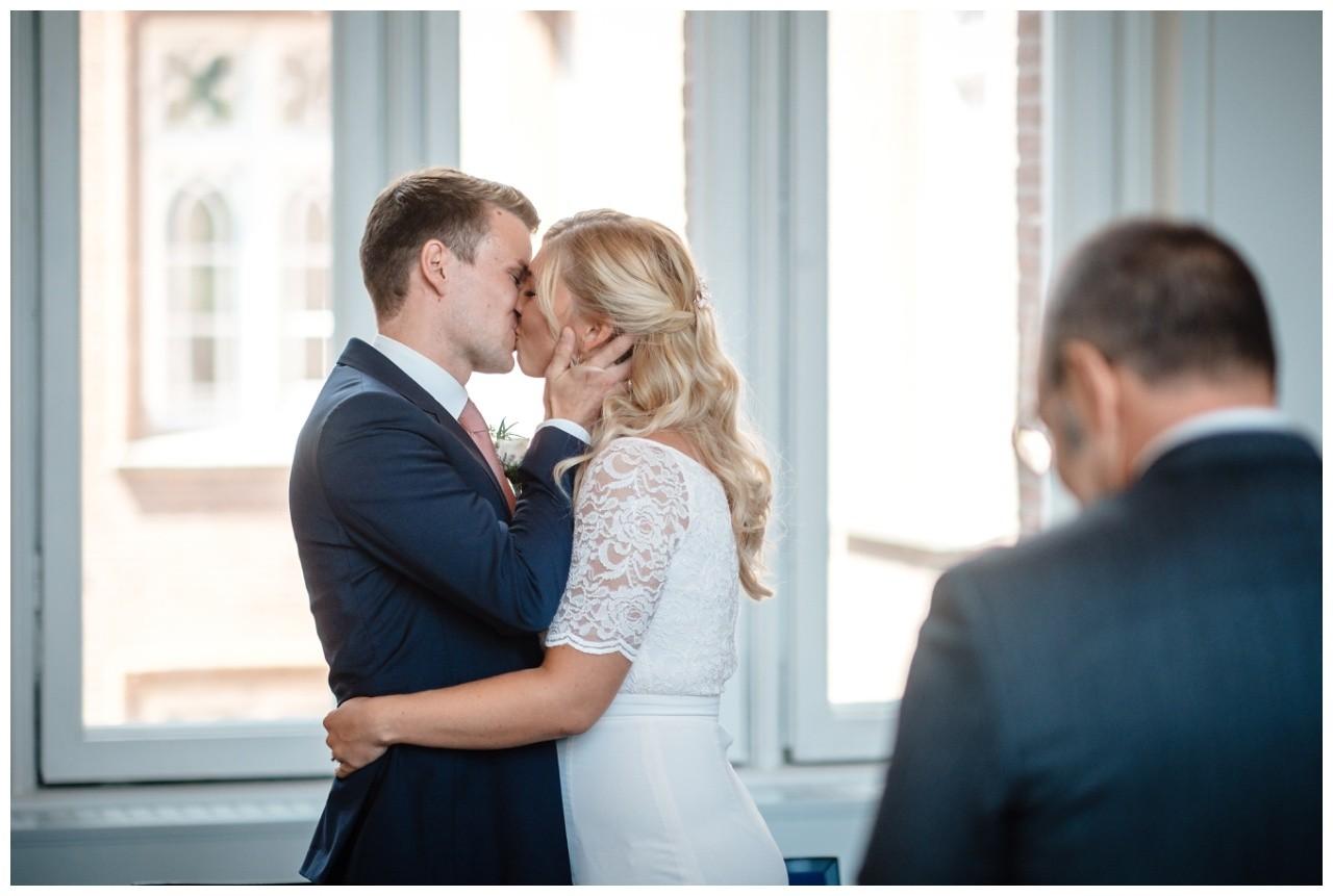 hochzeit standesamt standesamtliche Trauung schloss Moyland niederrhein fotograf 29 - Standesamtliche Hochzeit auf Schloss Moyland