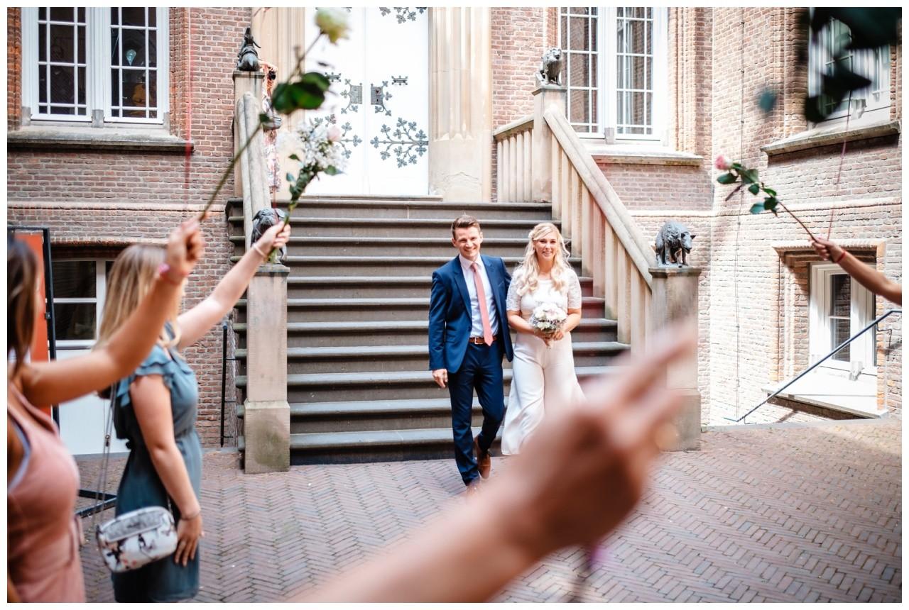 hochzeit standesamt standesamtliche Trauung schloss Moyland niederrhein fotograf 39 - Standesamtliche Hochzeit auf Schloss Moyland