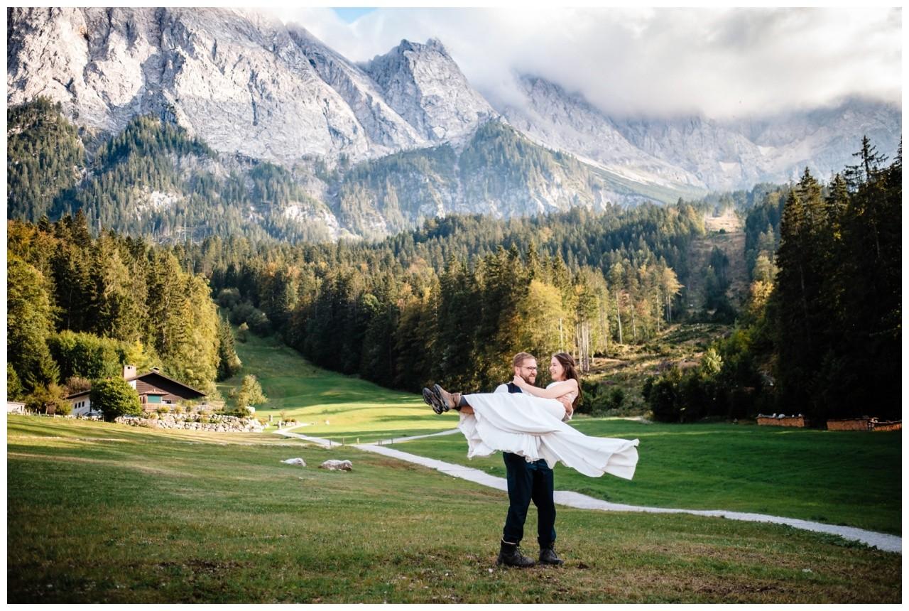 hochzeitsfoto eibsee zugspitze gamisch hochzeitsfotograf foto paarshooting 42 - Hochzeitsfotos am Eibsee