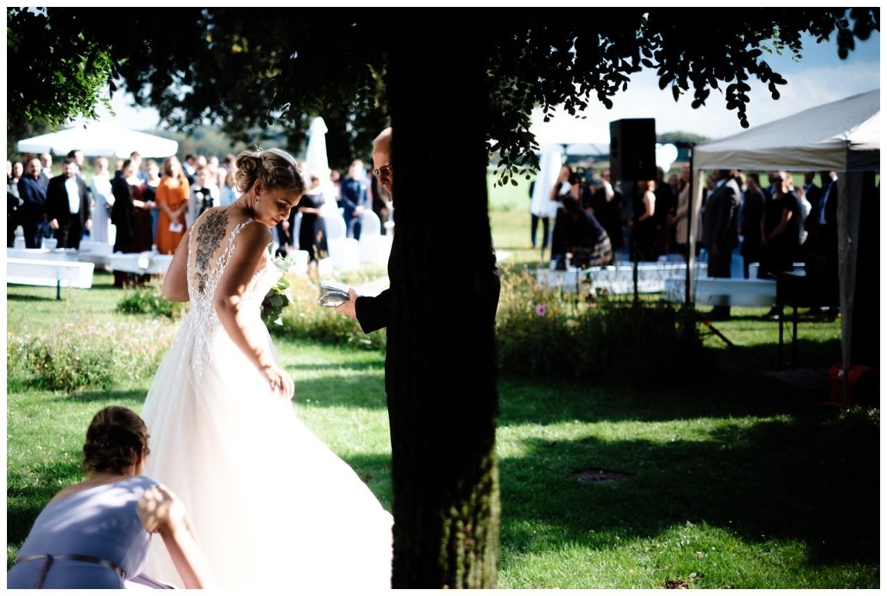 Gartenhochzeit hochzeit garten draussen fotograf corona hochzeitsfotograf 31 - DIY Hochzeit im Garten