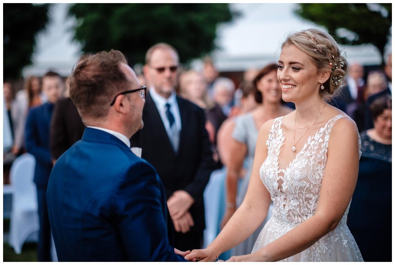 Gartenhochzeit hochzeit garten draussen fotograf corona hochzeitsfotograf 39 - DIY Hochzeit im Garten