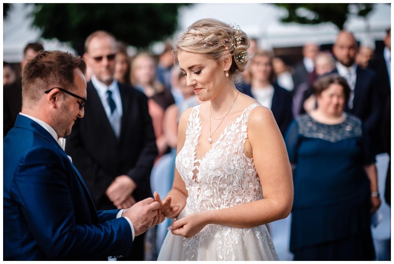 Gartenhochzeit hochzeit garten draussen fotograf corona hochzeitsfotograf 40 - DIY Hochzeit im Garten