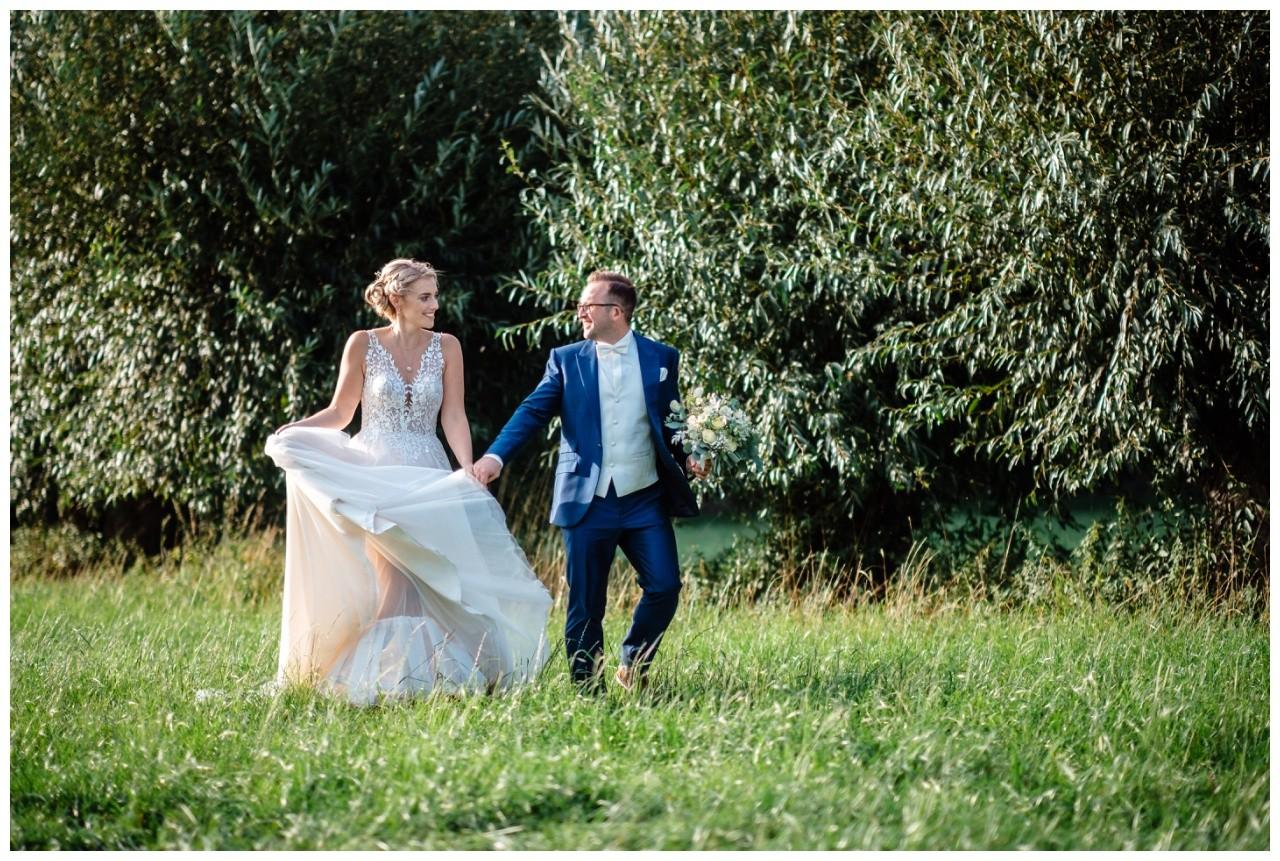 Gartenhochzeit hochzeit garten draussen fotograf corona hochzeitsfotograf 48 - DIY Hochzeit im Garten