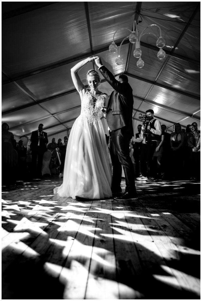 Gartenhochzeit hochzeit garten draussen fotograf corona hochzeitsfotograf 75 - DIY Hochzeit im Garten