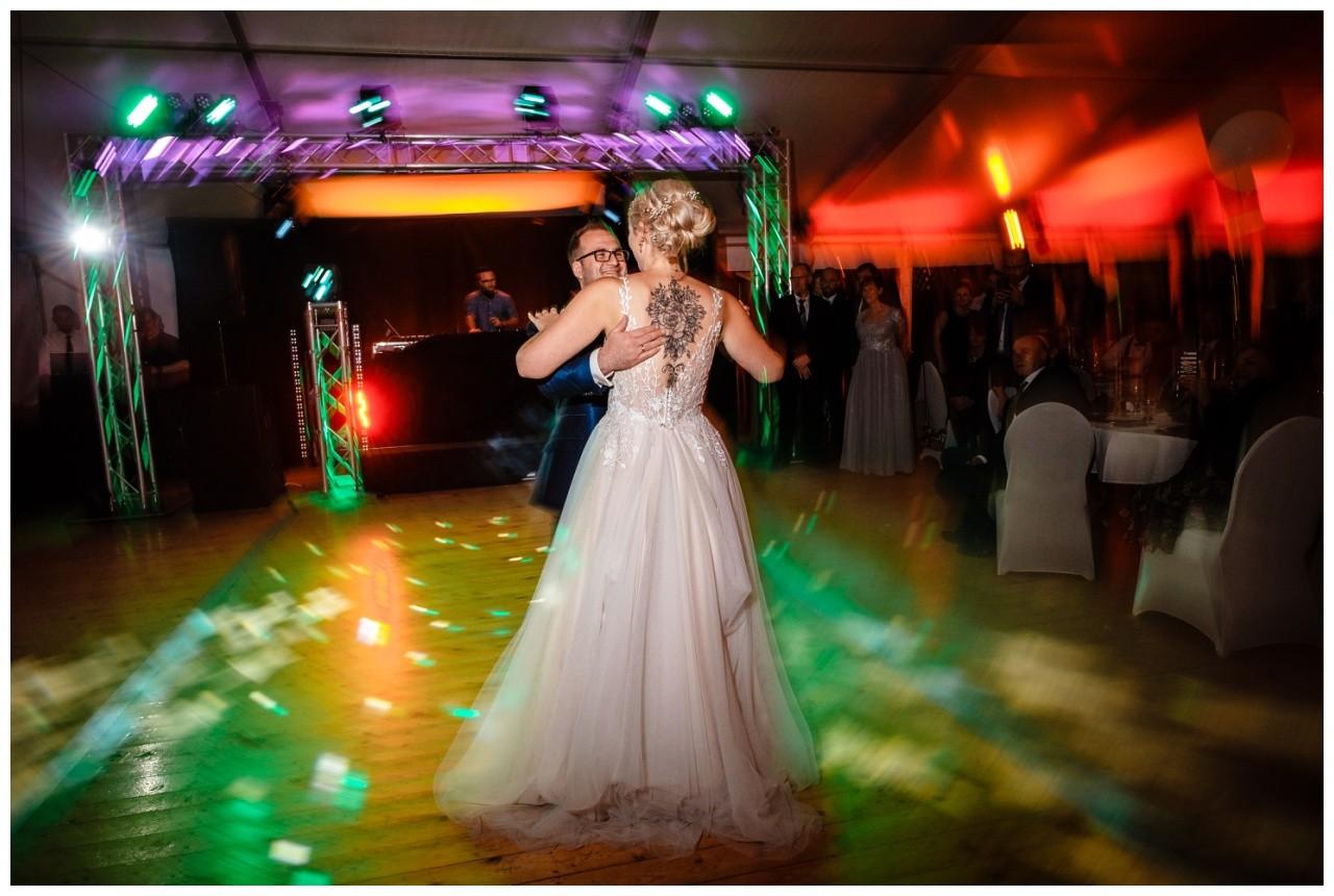 Gartenhochzeit hochzeit garten draussen fotograf corona hochzeitsfotograf 76 - DIY Hochzeit im Garten