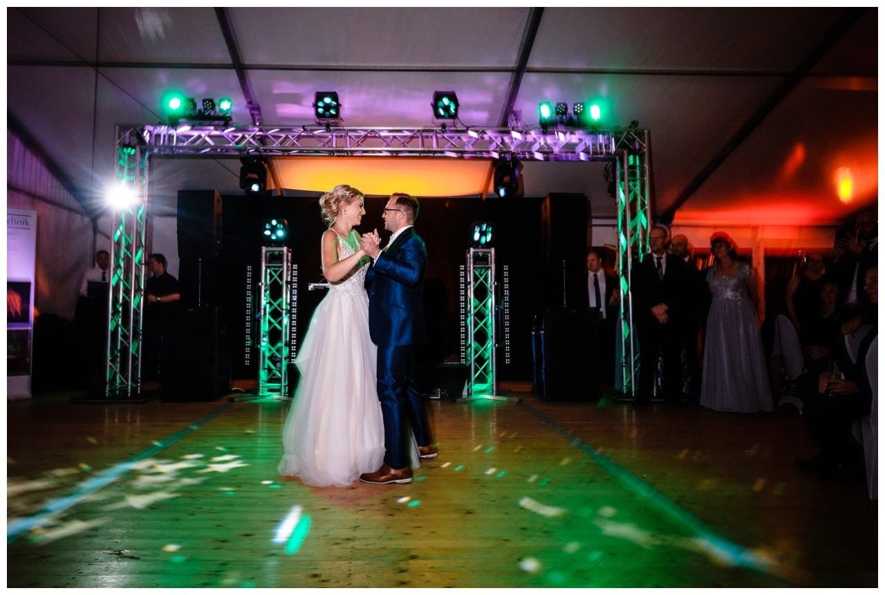Gartenhochzeit hochzeit garten draussen fotograf corona hochzeitsfotograf 77 - DIY Hochzeit im Garten