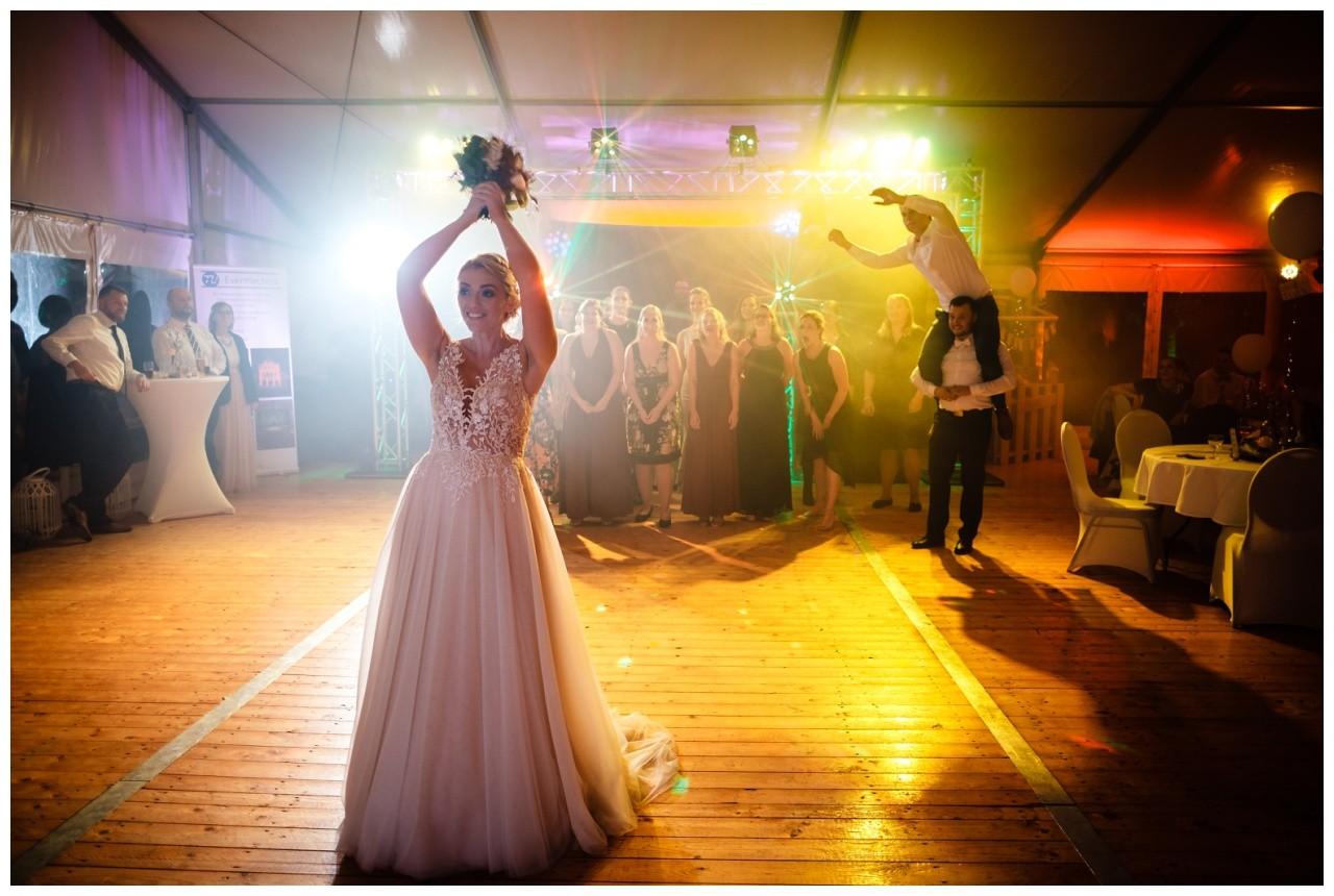 Gartenhochzeit hochzeit garten draussen fotograf corona hochzeitsfotograf 78 - DIY Hochzeit im Garten