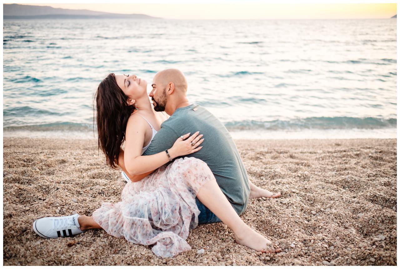 verlobungsshooting strand paarshooting hochzeit hochzeitsfotograf kroatien 21 - Verlobungsshooting am Strand