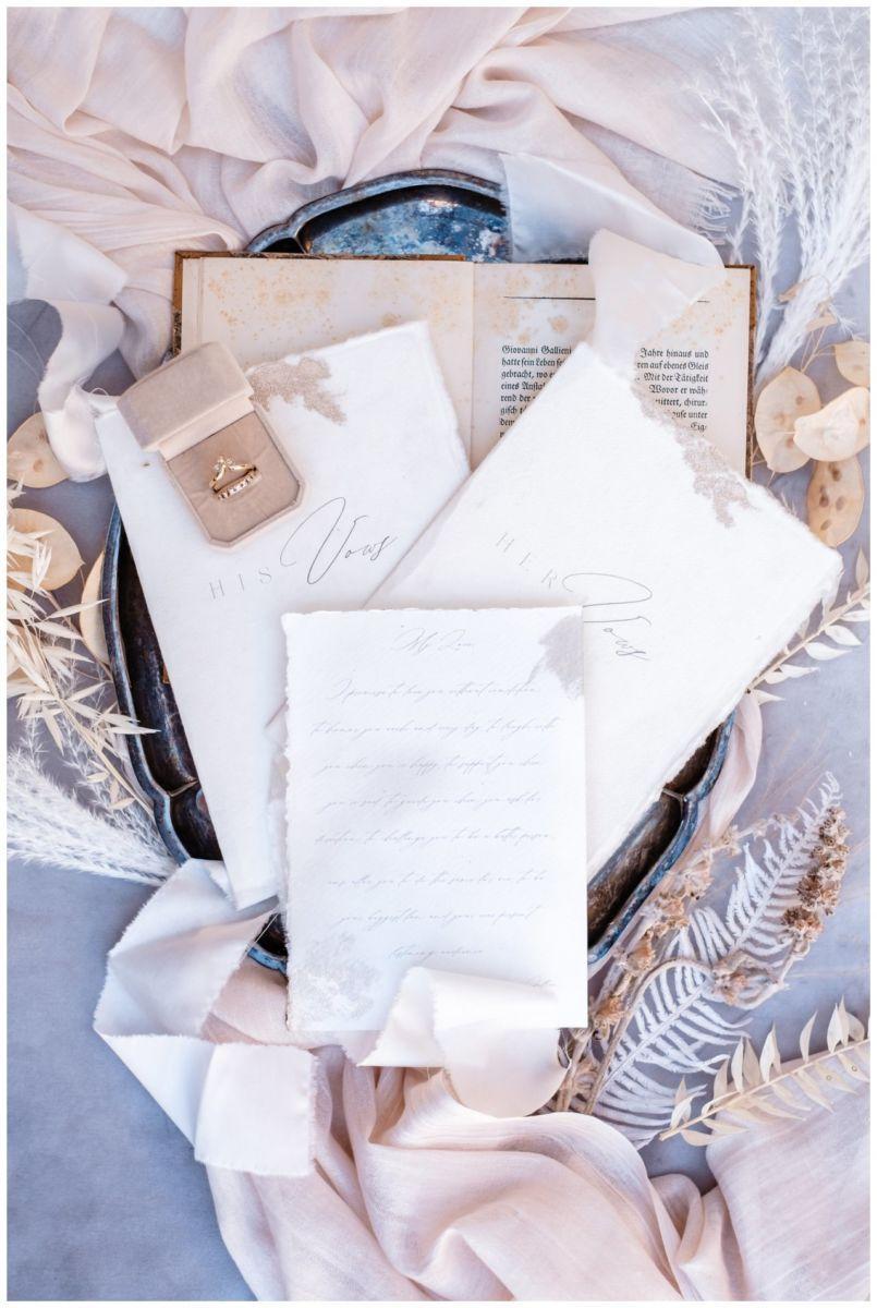 Hochzeitspapeterie Einladungskarte Einladung Hochzeit Flatlay Fotograf 15 - Eure Einladung als Flatlay inszeniert